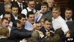 Pamje nga parlamenti i Ukrainës