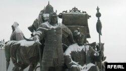 Астананың бір шетінде ашық далада қар басып тұрған қазақ хандары Жәнібек пен Керейдің ескерткіштері. 12 қараша 2009 жыл
