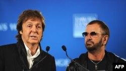 """ნიუ იორკი, 2009 წლის 3 აპრილი. პოლ მაკკარტნი და ლეგენდარული """"ბიტლსის"""" კიდევ ერთი ყოფილი წევრი რინგო სტარი პრესკონფერენციაზე."""