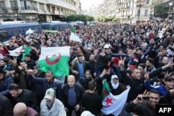 انتخابات ریاستجمهوری الجزایر از همان ابتدا مورد اعتراض بخش عمدهای از مردم این کشور بود. اکنون نیز پس از برگزاری و اعلام نتایج آن، اعتراضات همچنان ادامه دارد.