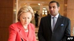 В мемориальной книге памяти жертв нападения террористов в Мумбае есть подпись Хиллари Клинтон.