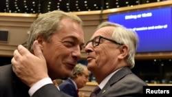 """Predsjednik Europske komisije Jean-Claude Juncker (desno) pozdravlja Nigela Faragea, lidera Stranke za neovisnost Ujedinjenog Kraljevstva (UKIP), u susret plenarnoj sesiji Europskog parlamenta o """"Brexitu"""", Bruxelles, 28. lipnja 2016."""