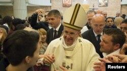 Papa Franja u uskršnjoj posjeti u zatvoru Rebibija u Rimu.
