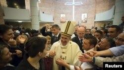 Papa sa zatvorenicima rimskog zatvora Rebibija