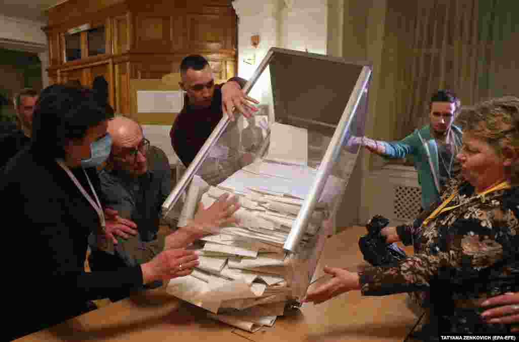 Members of the electoral commission open a ballot box in Kyiv, March 31, 2019. (EPA-EFE / Tatyana Zenkovich)