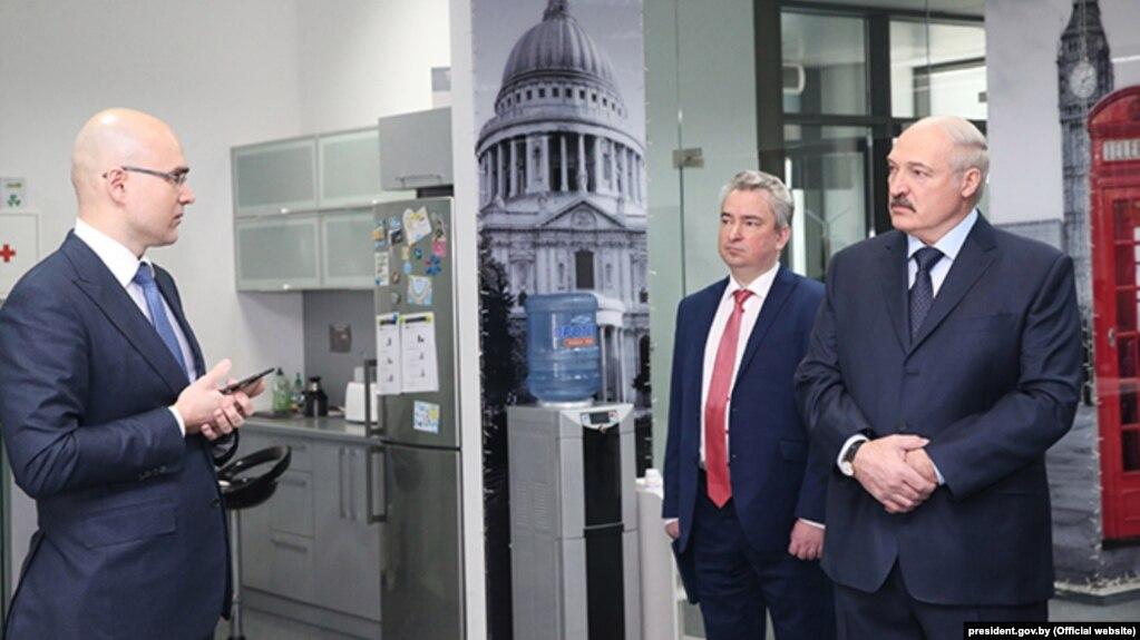 Александр Лукашенко посетил офис компании Виктора Пракапени.  Рядом с ними руководитель ПВТ Всеволод Янчевский, Ноябрь 2017