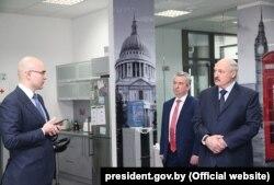 Лукашэнка і Янчэўскі падчас наведваньня офісу Віктара Пракапені ў сакавіку 2017
