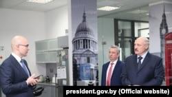 Лукашэнка наведаў офіс кампаніі Віктара Пракапені, Побач зь імі кіраўнік ПВТ Усевалад Янчэўскі, архіўнае фота