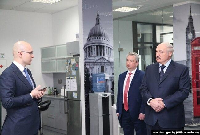 У сакавіку 2017 Лукашэнка наведаў менскі офіс кампаніі Віктара Пракапені. Побач зь імі кіраўнік Парку высокіх тэхналёгіяў і былы галоўны ідэоляг Беларусі Усевалад Янчэўскі