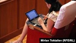 Қырғызстан парламентіндегі журналист қыз. Бішкек, 27 маусым 2012 жыл