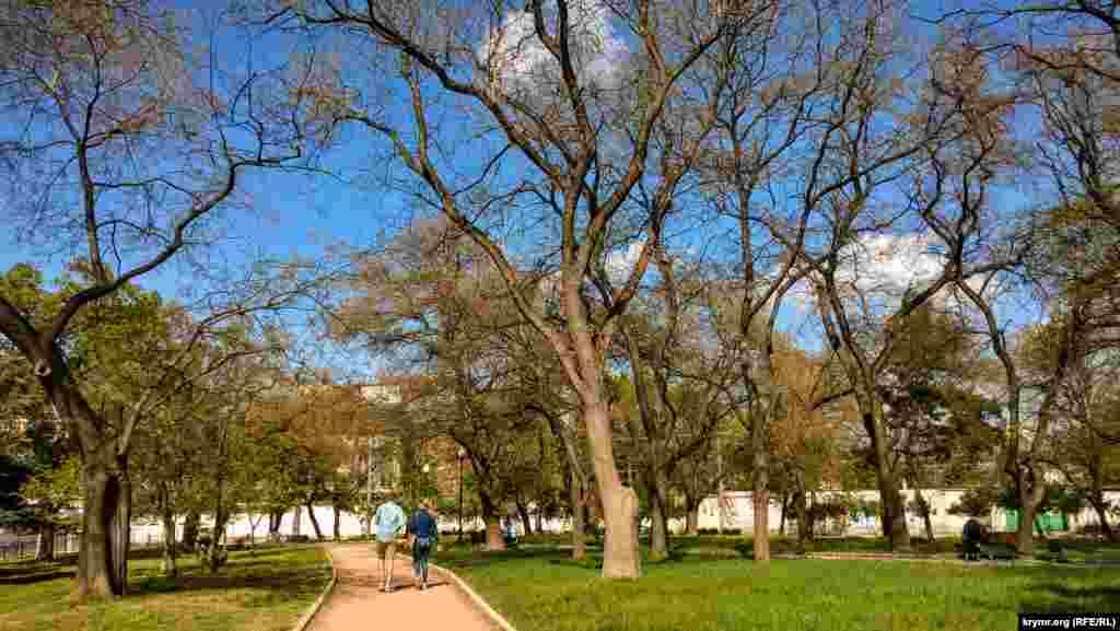 Aqmescitniñ eñ eski parklarından biri – Şevçenko parkı. Bitirilmegen çoq yıllıq qurucılıqlar, şimdi onıñ vizit kartı oldılar