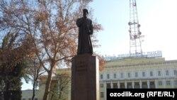 Памятник Алишеру Навои напротив Государственного музей литературы имени А. Навои в Ташкенте.