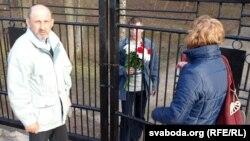 Актывісты ля замкнёных варот. У цэнтры Аляксандар Каданчык