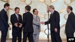 در این مذاکرات نمایندگان آمریکا، کره شمالی، چین، ژاپن، روسیه و کره جنوبی حضور دارند.