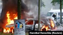 Пожежники гасять підпалені автомобілі в Гамбурзі, Німеччина, 7 липня 2017 року