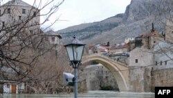 Reka Neretva protiče kroz Mostar, arhivska fotografija