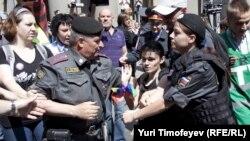 Кумсалардын укугун коргоочулар кармалып жаткан учур. Москва, 27-май, 2012-жыл.