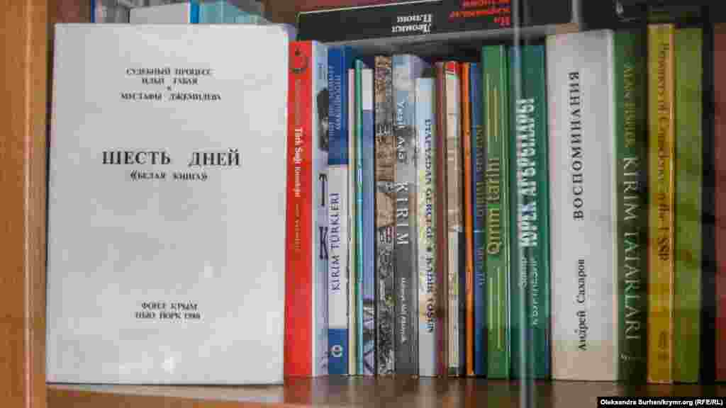 Kitap dolabında - Cemilev yanına alıp ketmegen kitaplar. Olarnıñ çoqusı aşağıdaki qatta, onıñ kabinetinde tura