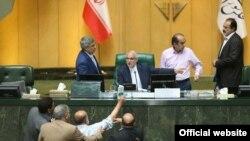 اعتراض نادر قاضیپور به سوال علیرضا رحیمی از وزیر دفاع در جلسه روز دوشنبه مجلس