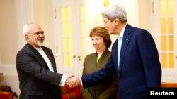 Sekretari amerikan, John Kerry (D), Përfaqësuesja e BE-së, Catherine Ashton, dhe ministri i Jashtëm iranian, Javad Zarif (M)