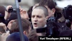 Оппозиционер Сергей Удальцов среди журналистов