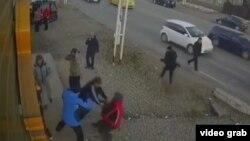 Скриншот видеозаписи драки, распространенной в интернете.