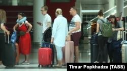 Российские туристы в тбилисском аэропорту, 23 июня 2019 г.