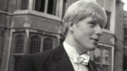 Boris Johnson ca președinte al Ligii Studenților de la Oxford, în iunie 1986, înaintea unui discurs al ministrei culturii din Grecia, Melina Mercouri, care cerea înapoierea statuilor Parthenonului.