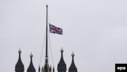 Լոնդոնի ահաբեկչության հաջորդ օրը Մեծ Բրիտանիայի պետական դրոշը խորհրդարանի շենքի վրա կիսով չափ իջեցված է