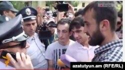 Ակտիվիստները ոստիկանության Կենտրոնականի բաժնի մոտ, Երևան, 17-ը հունիսի, 2015թ.