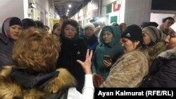 Женщины, собравшиеся в торговом центре Car city после рассылки о «благотворительной акции». Алматы, 24 января 2020 года.