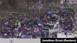 Поддржувачи на претседателот Доналд Трамп пред Капитол, во Вашингтон.