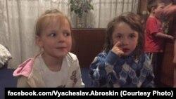 7-летняя Женя и 4-летняя Саша – девочки, оставшиеся сиротами после обстрела Авдеевки в субботу, 13 мая