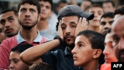 Պաղեստինցիները դիտում են, թե ինչպես է այրվում գործարան Գազայում իսրայելական օդային հարվածներից հետո, 10-ը օգոստոսի 2014թ․