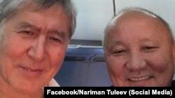Селфи бывшего президента Кыргызстана Алмазбека Атамбаева с бывшим мэром Бишкека Нариманом Тюлеевым, сделанное в самолете в Москву. 22 октября 2018 года.