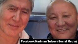 Селфи Алмазбека Атамбаева с бывшим мэром Бишкека Нариманом Тюлеевым, сделанное в самолете в Москву. 22 октября 2018 года.