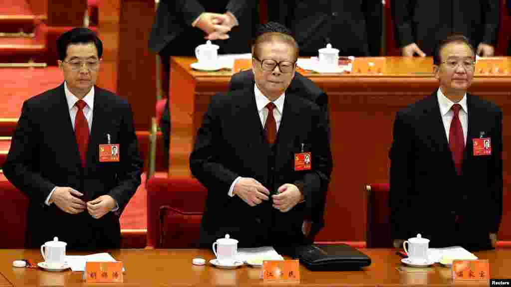Çinin prezidenti Hu Jintao, keçmiş prezident Jiang Zemin və Baş nazir Wen Jiabo qurultayda.