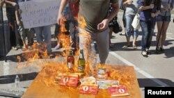 Участники акциив Киеве сжигают товары, произведённые в России