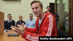 Алексей Навальный разговаривает с журналистами в суде, 13.06.2018