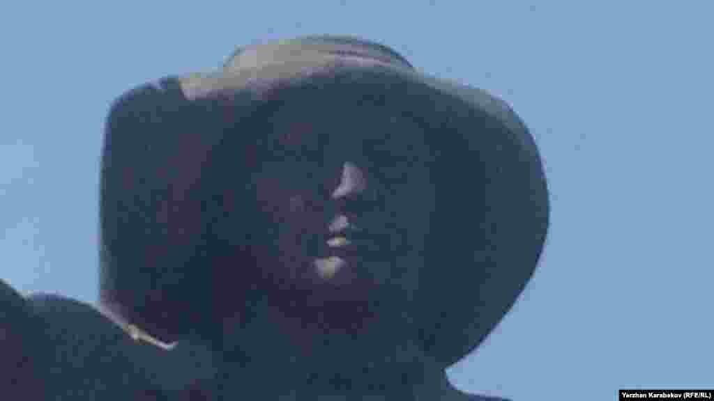 Теміртаудағы Тұңғыш президент тарихи-мәдени орталығы алдында тұрған металлург ескерткіші. 5 маусым 2015 жыл.