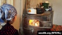 Андижон Одамлар газ йўқ пайтида вақтинчалик печкаларда овқат пиширишади