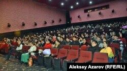 Зрители на показе фильма «Казах из Стамбула». Алматы, 25 января 2018 года.