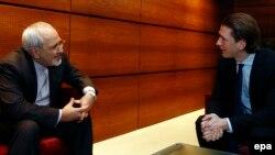 Ավստրիայի արտգործնախարար Սեբաստիան Կուրցը օդանավակայանում զրուցում է Վիեննա ժամանած Իրանի արտգործնախարար Մոհամադ Ջավադ Զարիֆի հետ, 17-ը փետրվարի, 2014թ․