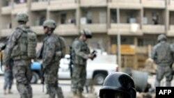 کلاهخود يکی از مأموران قربانی پليس عراق در انفجار ميدان التحريات، بغداد.