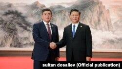 Президент Кыргызстана Сооронбай Жээнбеков и лидер КНР Си Цзиньпин.