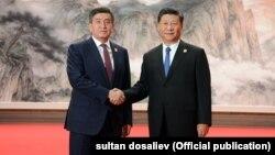 Президент Кыргызстана Сооронбай Жээнбеков и лидер КНР Си Цзиньпин. Циндао, 10 июня 2018 года.