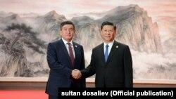 Bivši predsjednik Kirgistana Soronbaj Ženbekov i kineski predsjednik Si Đinping sastali su se na marginama samita Šangajske organizacije za saradnju u Kingdau u junu 2018. godine.