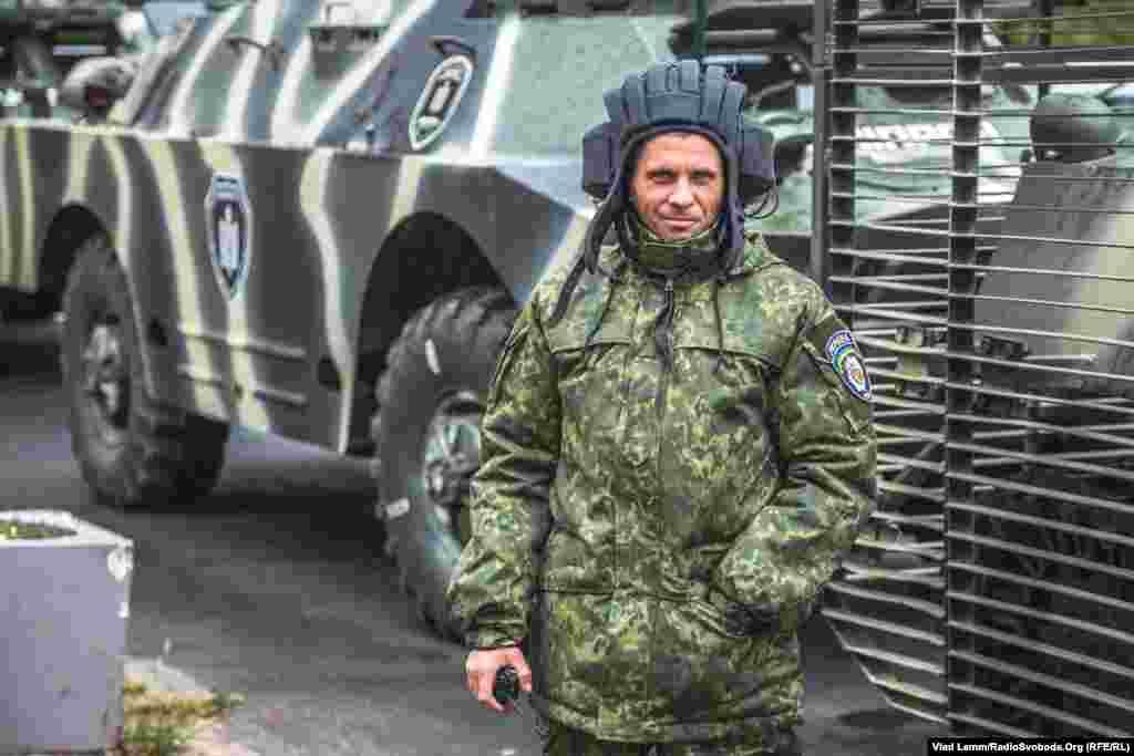 Водій БРДМ-2 готується до початку маршу