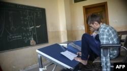 Arion Krasniqi gjatë orëve të mësimit.