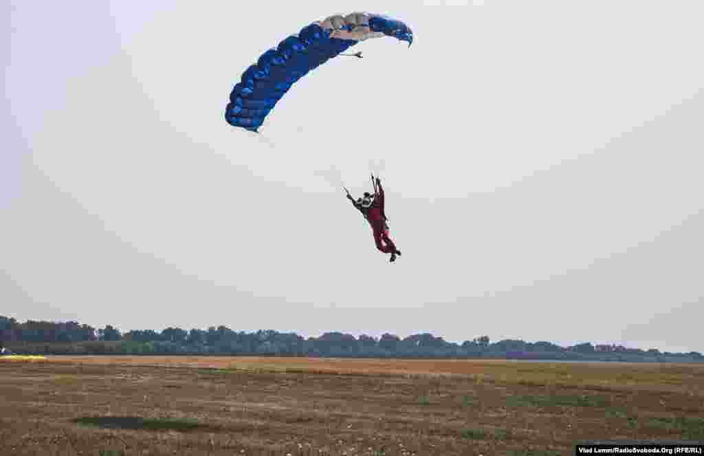 Також у цей день на аеродромі стрибали спортсмени і ті, хто отримує категорію у парашутному спорті